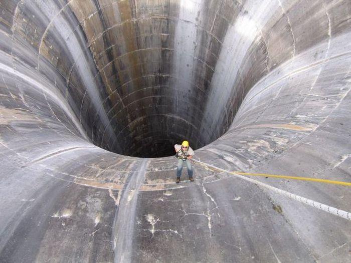 Сливное отверстие на гидроэлектростанции