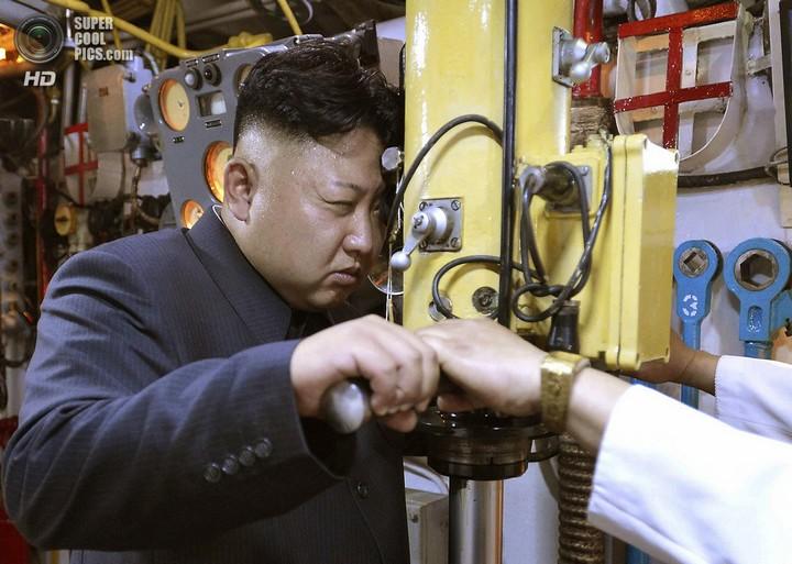 Ким Чен Ын прокатился на подводной лодке (3)