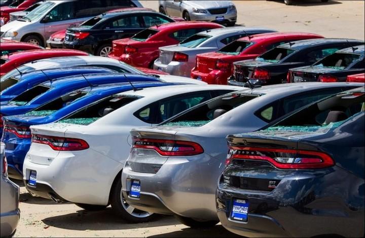 Сильный град разбил новые автомобили в США (1)