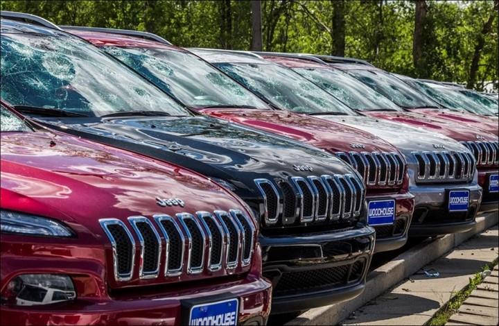 Сильный град разбил новые автомобили в США (2)