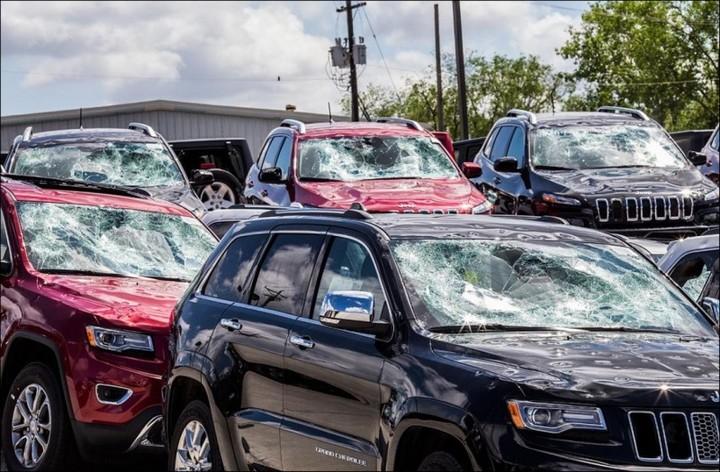 Сильный град разбил новые автомобили в США (4)