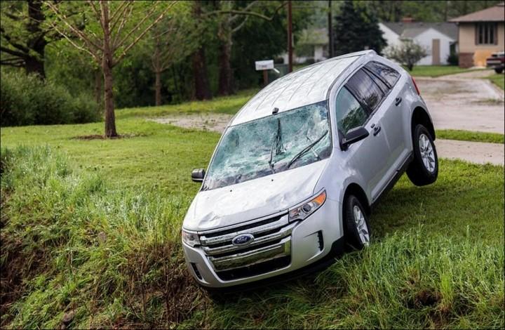 Сильный град разбил новые автомобили в США (15)