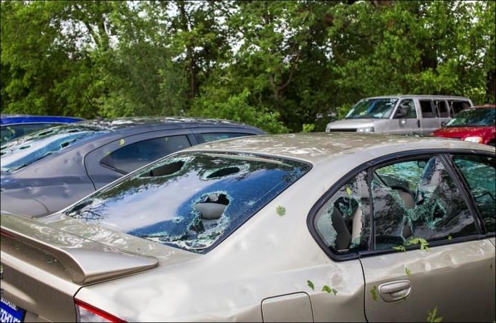 Сильный град разбил новые автомобили в США (10)