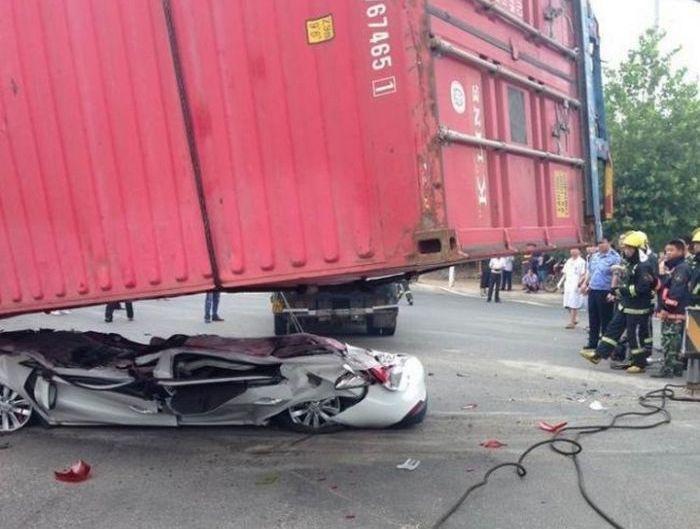 В Китае контейнер раздавил легковушку (1)
