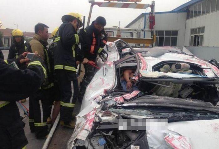 В Китае контейнер раздавил легковушку (5)
