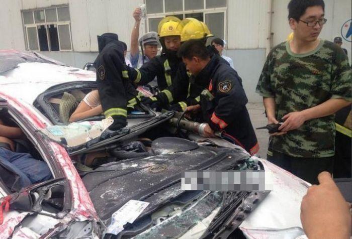 В Китае контейнер раздавил легковушку (6)