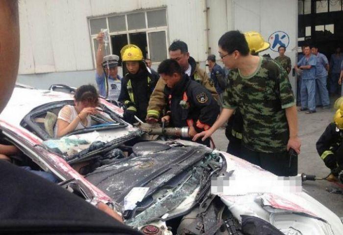 В Китае контейнер раздавил легковушку (9)