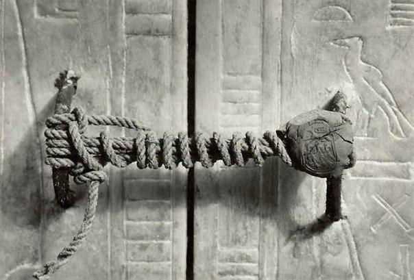 Нетронутая печать на двери гробницы фараона Тутанхамона, 1922 год.