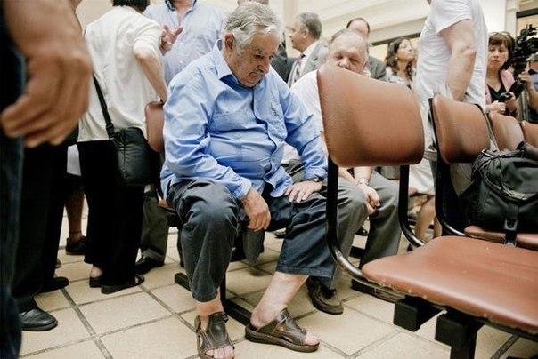 Президент Уругвая сидит в общей очереди в поликлинике