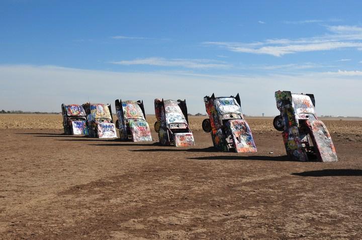 Необычный арт-объект «Ранчо Кадиллак» в Техасе (6)