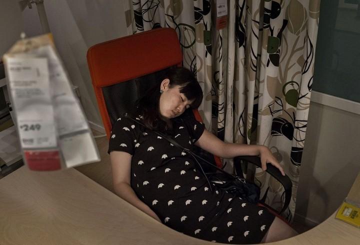 Спящие китайцы в мебельных магазинах (13)
