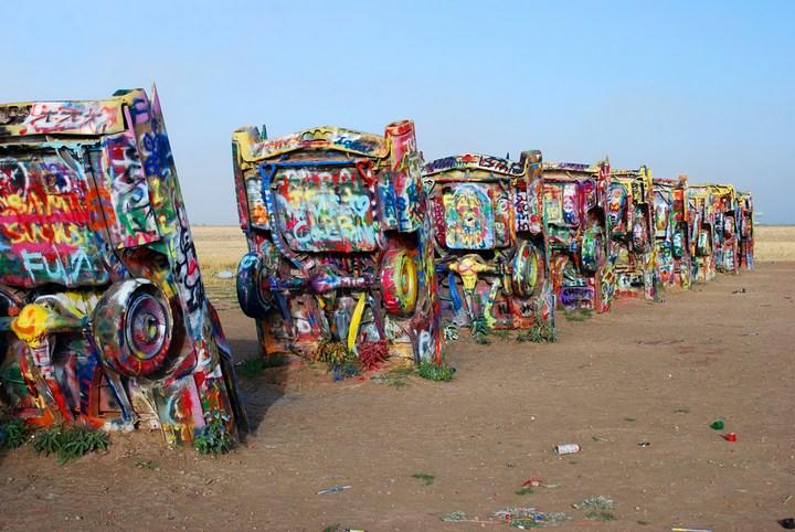 Необычный арт-объект «Ранчо Кадиллак» в Техасе (5)