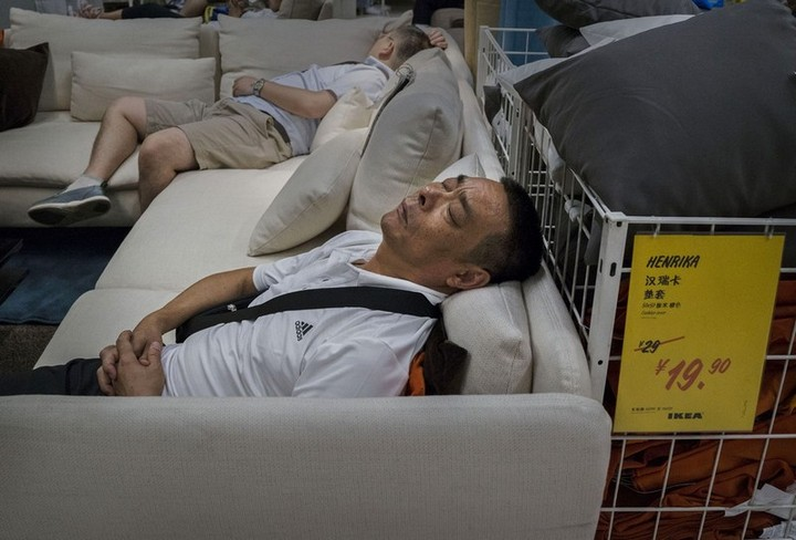 Спящие китайцы в мебельных магазинах (12)