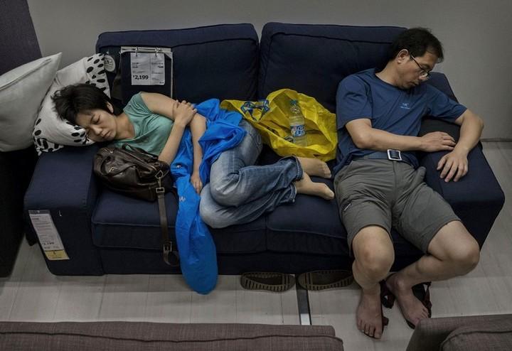 Спящие китайцы в мебельных магазинах (11)
