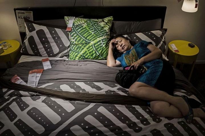 Спящие китайцы в мебельных магазинах (9)