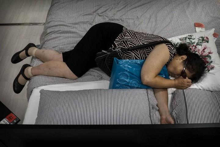 Спящие китайцы в мебельных магазинах (8)