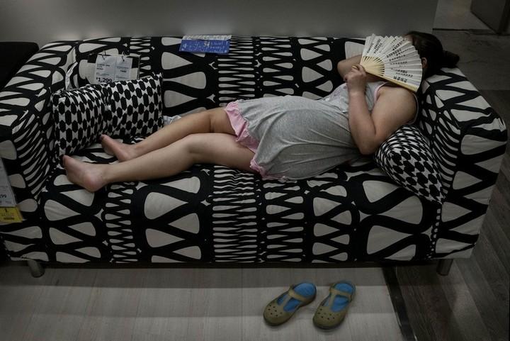 Спящие китайцы в мебельных магазинах (7)