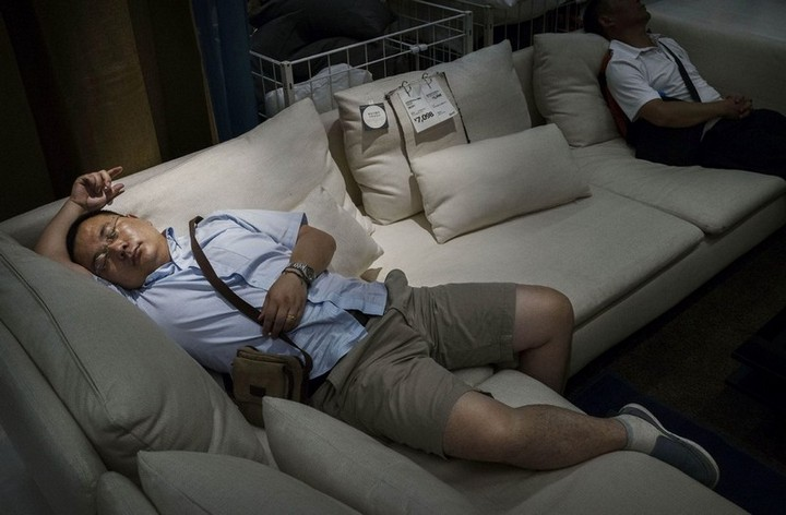 Спящие китайцы в мебельных магазинах (6)