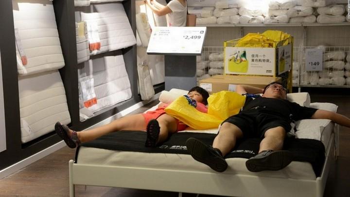 Спящие китайцы в мебельных магазинах (5)