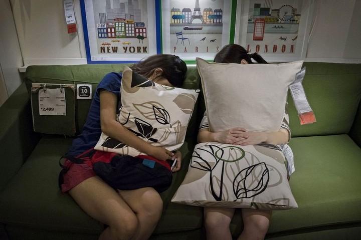 Спящие китайцы в мебельных магазинах (3)
