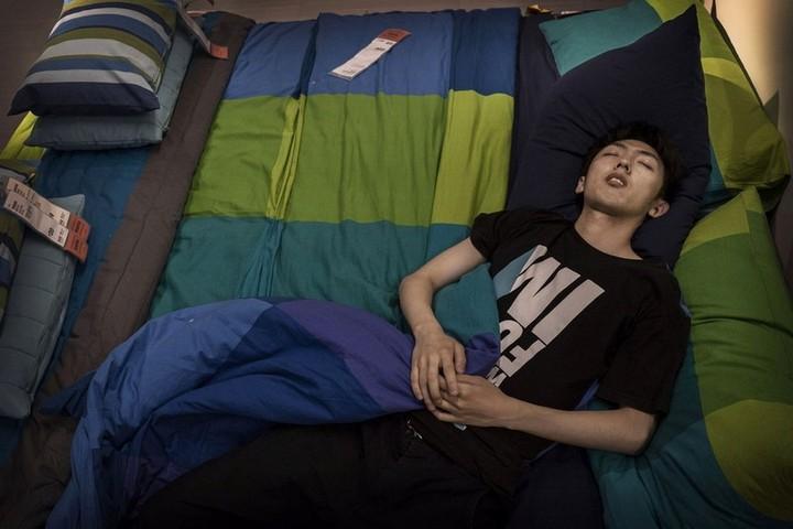 Спящие китайцы в мебельных магазинах (1)