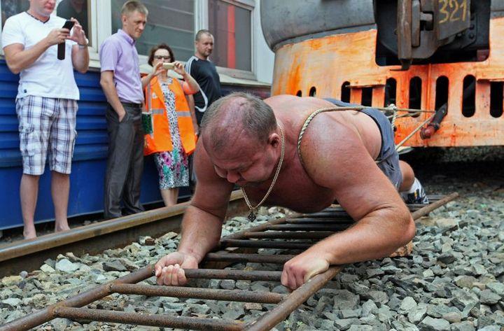 Владивостокский спортсмен сдвинул с места электропоезд весом 120 тонн (13)