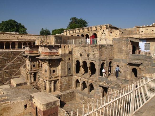 Древний колодец Чанд Баори в Индии (5)