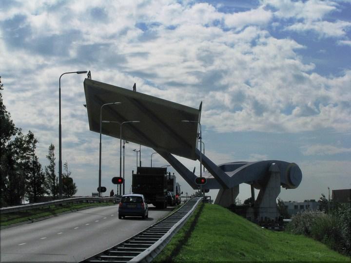 """Уникальный """"летающий"""" мост в Голландии (2)"""