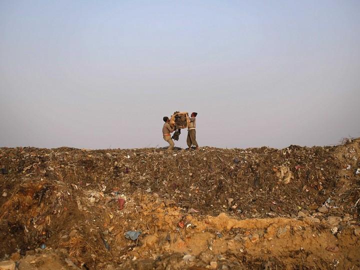 Работа на мусорных свалках в Индии (4)