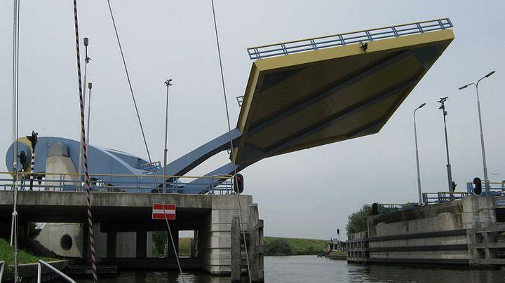 """Уникальный """"летающий"""" мост в Голландии (3)"""