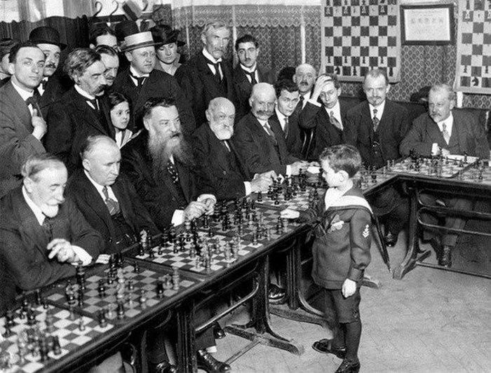 Самуэль Решевский выиграл сразу у нескольких шахматистов во Франции в 1920 году. Ему было 8 лет.