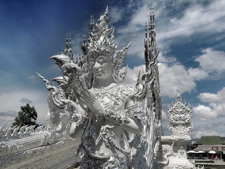 Ват Ронг Кхун - белый храм в Таиланде (6)