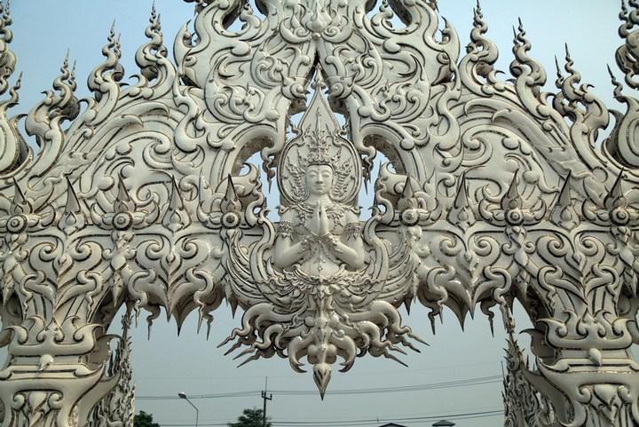 Ват Ронг Кхун - белый храм в Таиланде (7)
