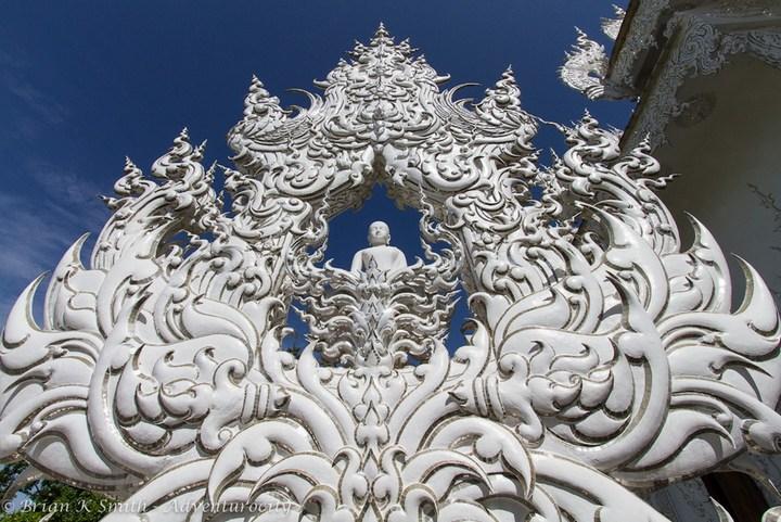 Ват Ронг Кхун - белый храм в Таиланде (8)