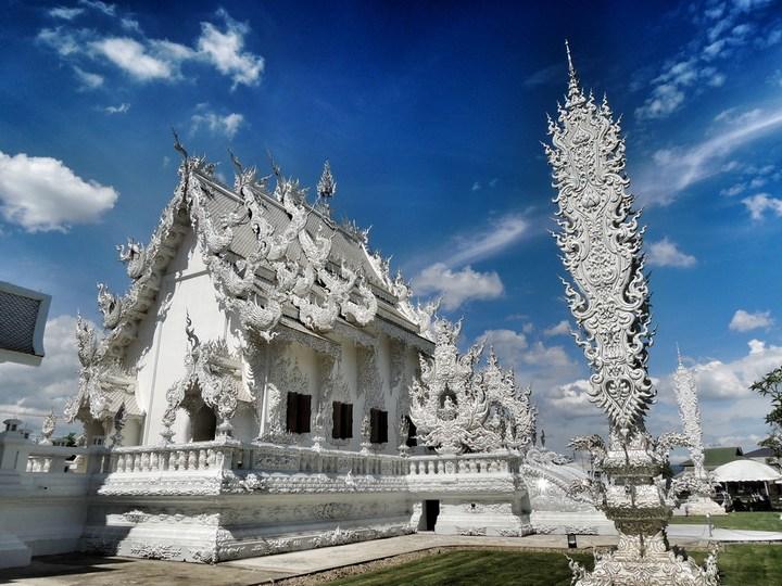 Ват Ронг Кхун - белый храм в Таиланде (9)