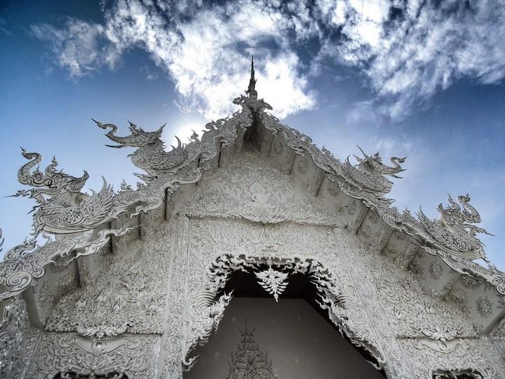 Ват Ронг Кхун - белый храм в Таиланде (11)