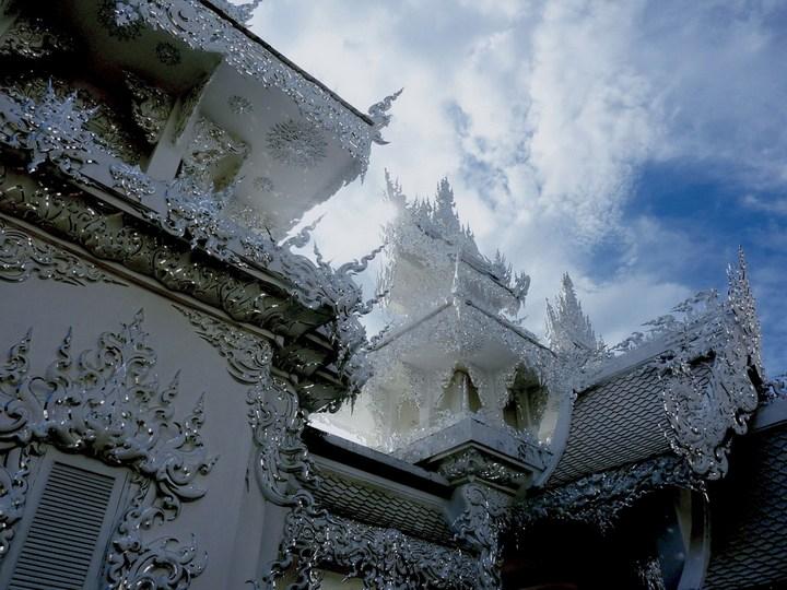 Ват Ронг Кхун - белый храм в Таиланде (12)