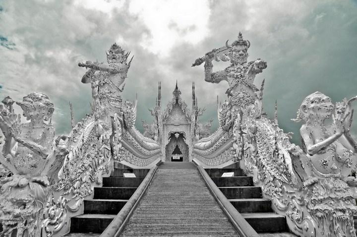 Ват Ронг Кхун - белый храм в Таиланде (13)