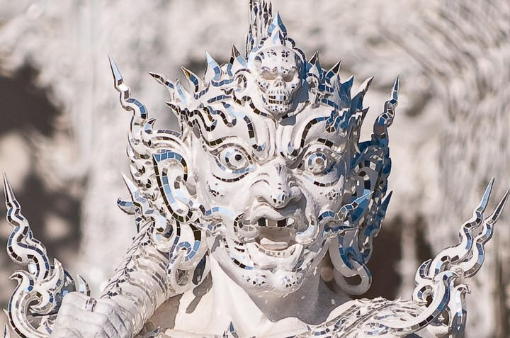 Ват Ронг Кхун - белый храм в Таиланде (14)