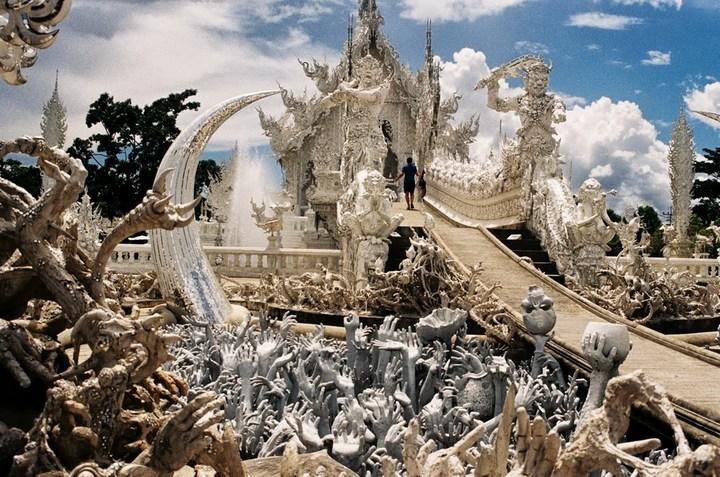 Ват Ронг Кхун - белый храм в Таиланде (15)