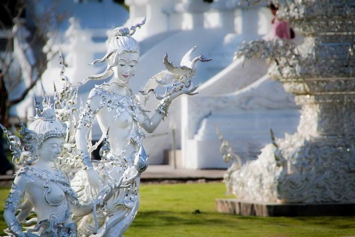 Ват Ронг Кхун - белый храм в Таиланде (19)