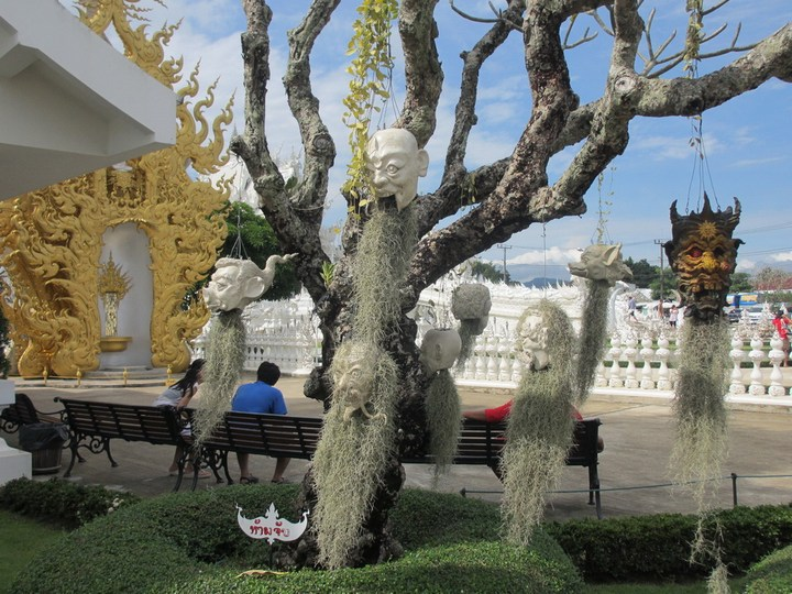 Ват Ронг Кхун - белый храм в Таиланде (21)