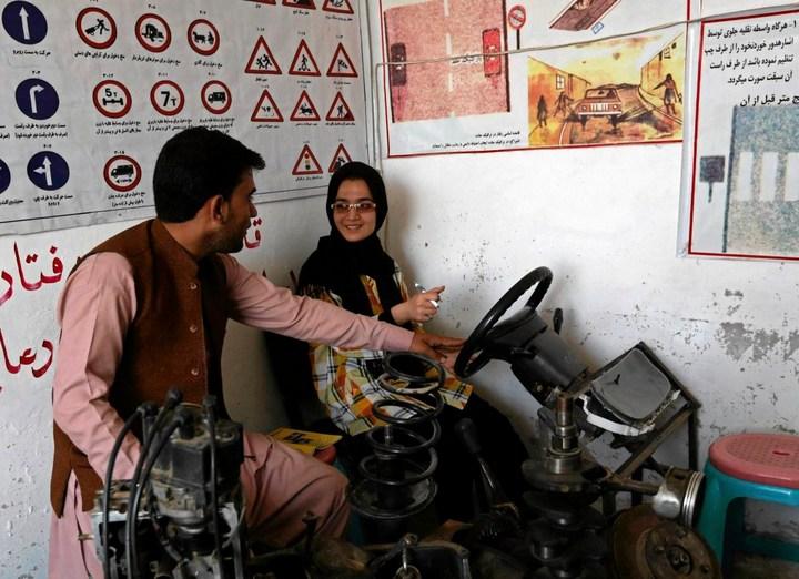 Как получают водительские права в Кабуле (6)