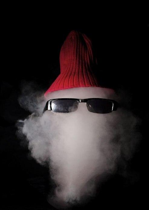 На воздушный шарик с дымом нацепили очки и шапку, лопнули в момент съемки кадра