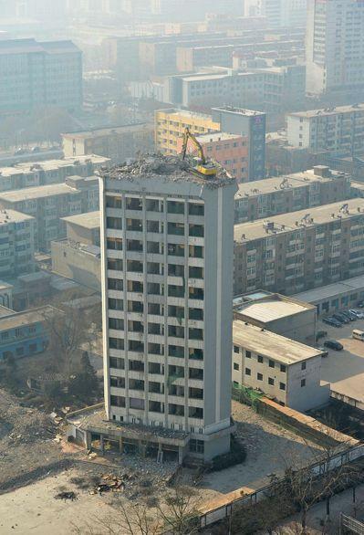 Демонтаж высотного здания по-китайски (4)