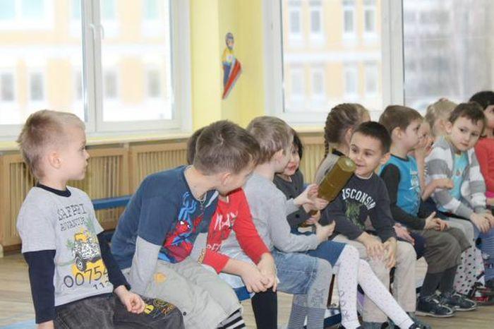 В детском саду Санкт-Петербурга детей учат навыкам обращения с оружием (2)