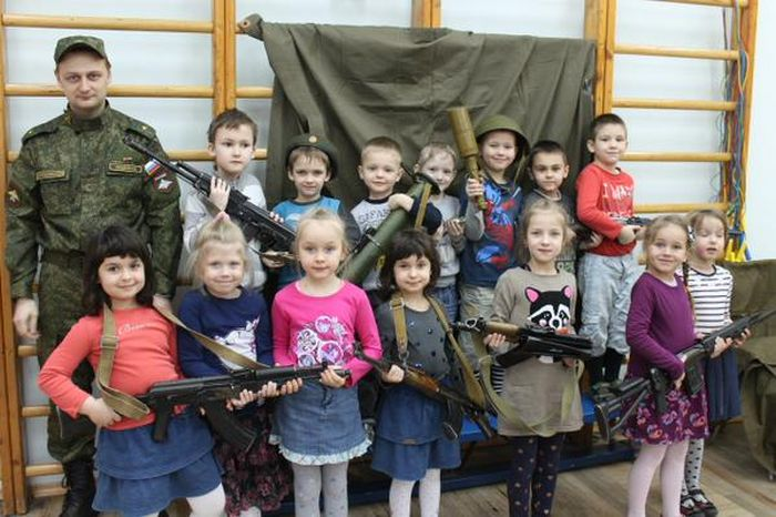 В детском саду Санкт-Петербурга детей учат навыкам обращения с оружием (3)
