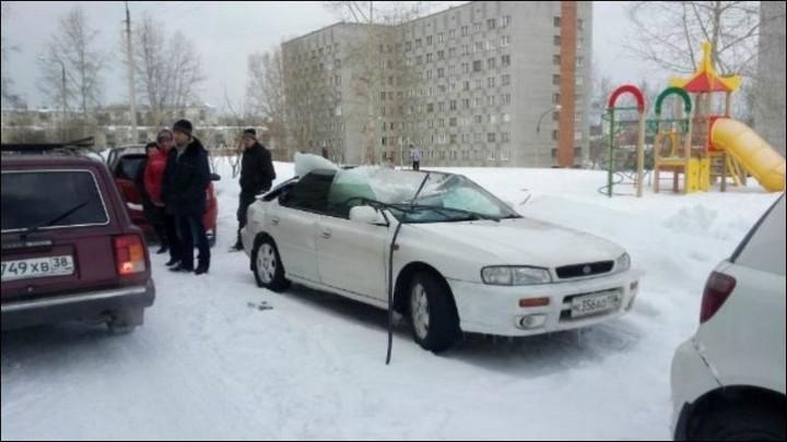 Глыба льда проломила крышу автомобиля (2)