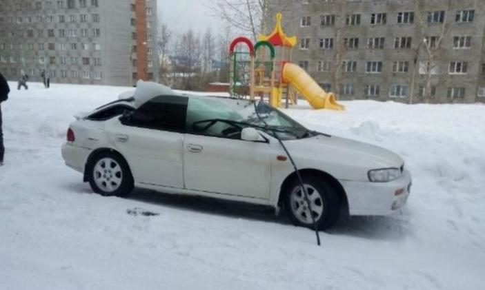 Глыба льда проломила крышу автомобиля (3)