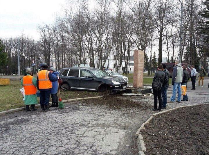 Во Владимире Porsche протаранил памятник ветеранам войны (1)